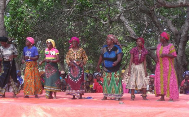 写真・図版 : マコンデ民族の伝統儀礼=「モザンビークのいのちをつなぐ会」提供