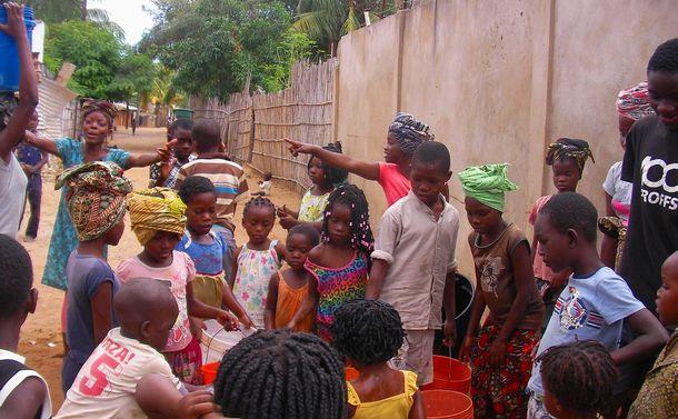 写真・図版 : 民族集団の違いを超えて暮らす州都の住民=「モザンビークのいのちをつなぐ会」提供