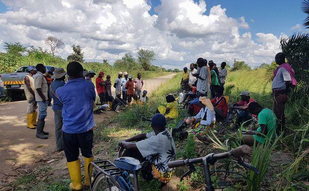 写真・図版 : 武力攻撃直後の写真(今回のものではない)=「モザンビークのいのちをつなぐ会」提供