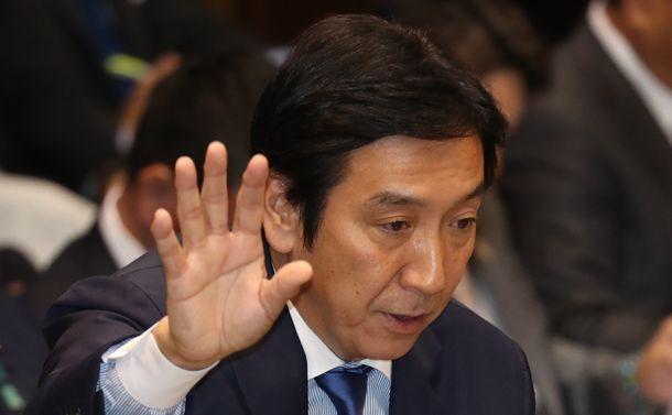 写真・図版 : 参院予算委で答弁する菅原一秀経産相=2019年年10月16日