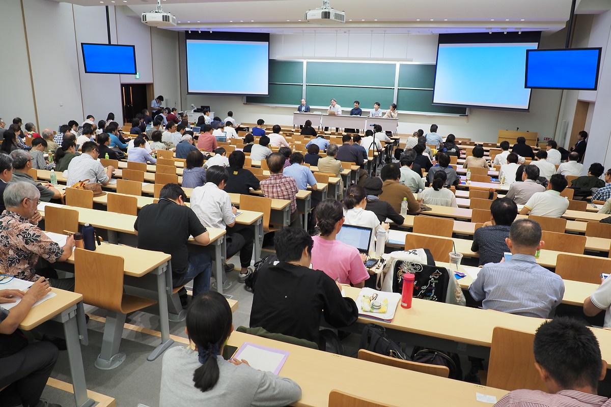 写真・図版 : 東京・本郷の東京大学で開かれた緊急シンポジウム=2019年10月13日