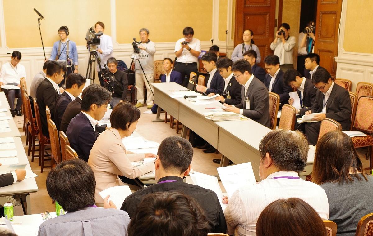 写真・図版 : 衆議院で行われた野党議員のヒアリング。文部科学省の担当者が答えられない場面も多かった