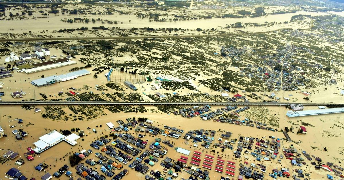 写真・図版 : 千曲川の堤防が決壊し、浸水した地域=10月13日、長野市、朝日新聞社ヘリから、遠藤真梨撮影