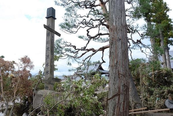写真・図版 : 破堤場所に近い寺にある「千曲川大洪水水位標」=長野市、10月15日