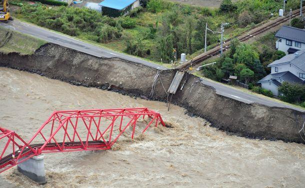写真・図版 : 堤防が崩れ、上田電鉄の鉄橋が崩落した=10月13日、長野県上田市、朝日新聞社ヘリから、遠藤真梨撮影