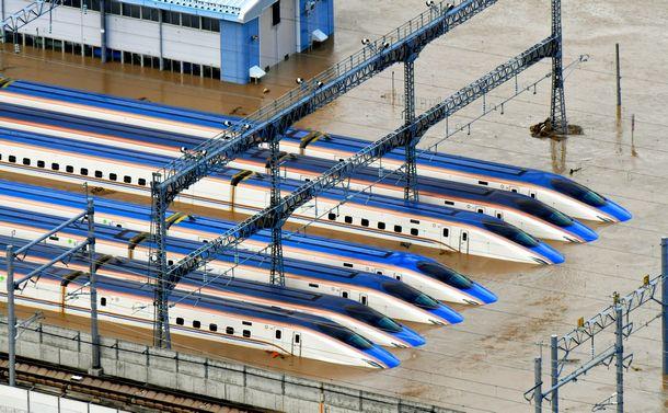 写真・図版 : 北陸新幹線の車両基地で水没した車両=10月13日、長野市、朝日新聞社ヘリから、遠藤真梨撮影