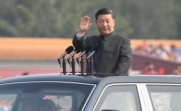 写真・図版 : 中国建国70周年の祝賀式典でオープンカーに乗り込み、閲兵する習近平国家主席=2019年10月1日、北京、新華社