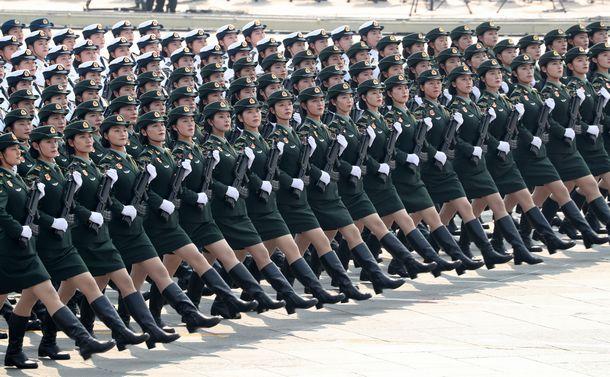 写真・図版 : 中国建国70周年を祝う軍事パレードで更新する女性兵士たち=2019年10月1日、北京、新華社