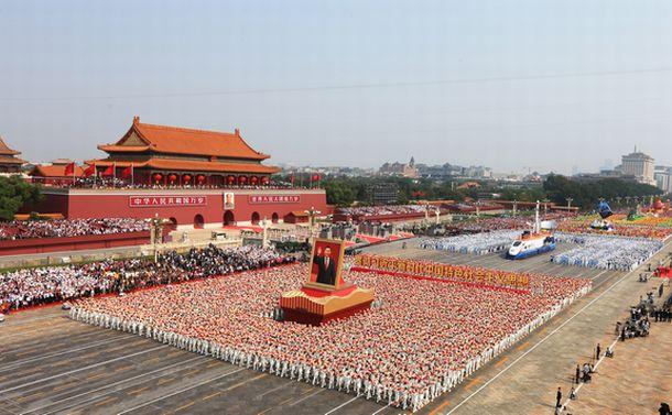 写真・図版 : 軍事パレードに続いて行われた市民パレード=2019年10月1日、北京、新華社