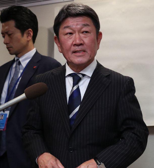 写真・図版 : 日米貿易協定をめぐるライトハイザー米通商代表との会談を終え、取材に応じる茂木敏充外相=2019年9月23日、ニューヨーク