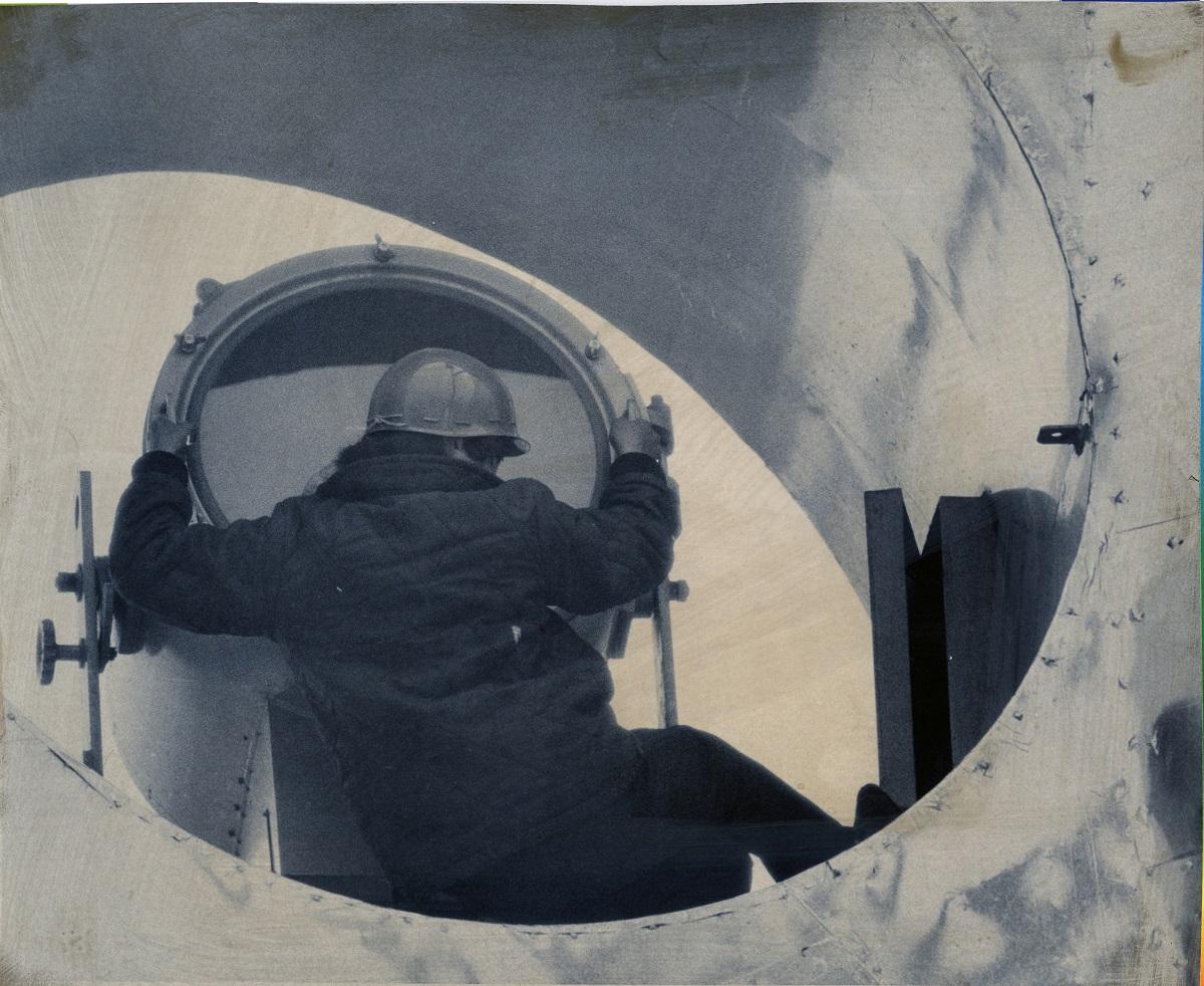 写真・図版 : 太陽の塔の目玉部分に立てこもった男=1970年4月28日、大阪府吹田市