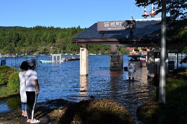 写真・図版 : 記録的な大雨に見舞われた箱根町では芦ノ湖が氾濫(はんらん)し、箱根海賊船箱根町港乗り場前が水没した=2019年10月13日、神奈川県箱根町箱根