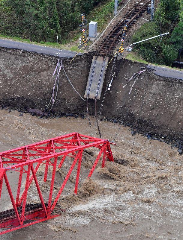 写真・図版 : 千曲川の堤防が崩れ、崩落した上田電鉄別所線の鉄橋=2019年10月13日、長野県上田市、朝日新聞社ヘリから