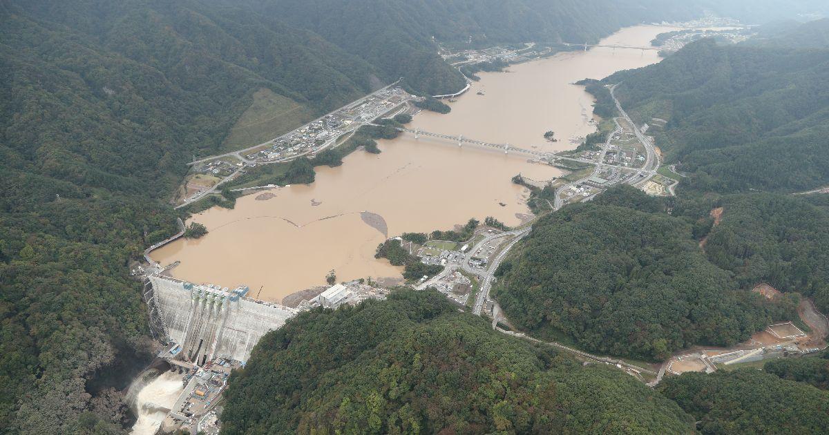 写真・図版 : 台風19号の大雨で水かさが増した八ツ場ダム=2019年10月16日、群馬県長野原町、朝日新聞社ヘリから