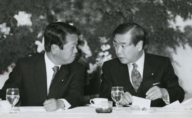 写真・図版 : 小沢一郎氏(右)と話をする羽田孜氏=1992年10月28日、東京・永田町のキャピトル東急