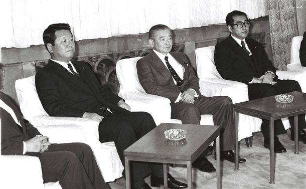 写真・図版 : 大喪の礼委員会に臨む竹下登首相。両脇に小渕恵三氏(右)と小沢一郎氏=1989年2月9日、首相官邸