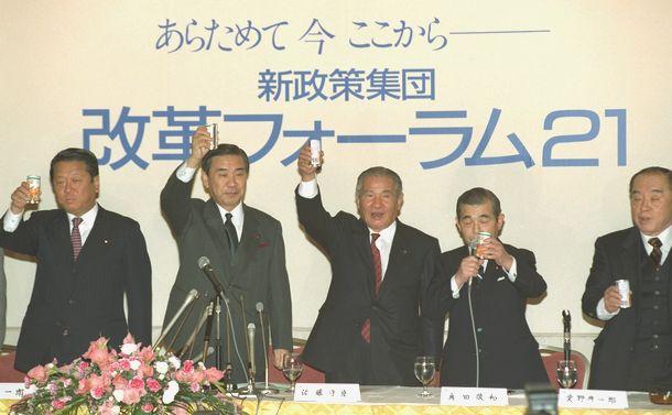 写真・図版 : 自民党の小沢一郎・元幹事長を中心とする新集団「改革フォーラム21」による新派閥「羽田派」の結成式で、乾杯する羽田孜代表(左から2人目)と小沢一郎氏(左端)=1992年12月18日、東京・永田町