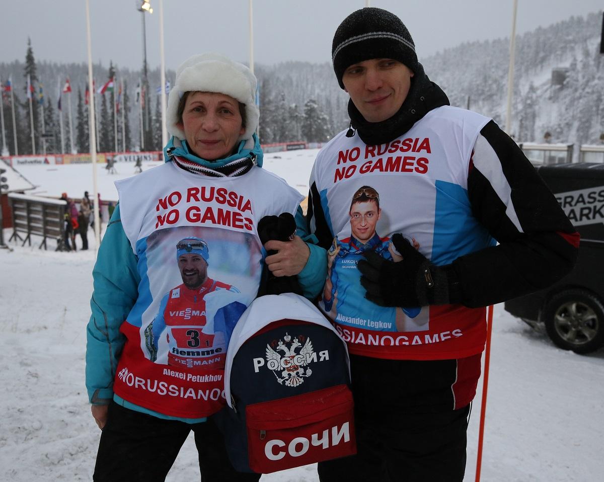 写真・図版 : ロシアは国ぐるみのドーピング疑惑で2016年のリオ大会ではロシア選手団が出場停止となった。ソチ五輪を前に「ロシアがいない五輪なんて」と書かれたビブスを着てアピールするロシア人ファン=2017年11月24日、フィンランド・ルカ