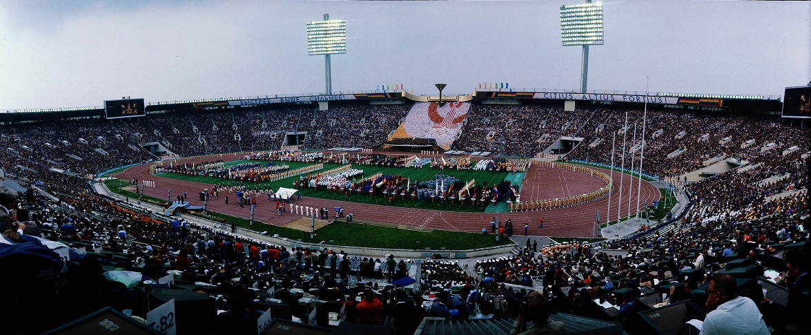 写真・図版 : モスクワ・オリンピック開会式。参加81カ国のうち、7カ国が選手団の入場行進をボイコット、3カ国は旗手1人だけが行進した=1980年7月19日