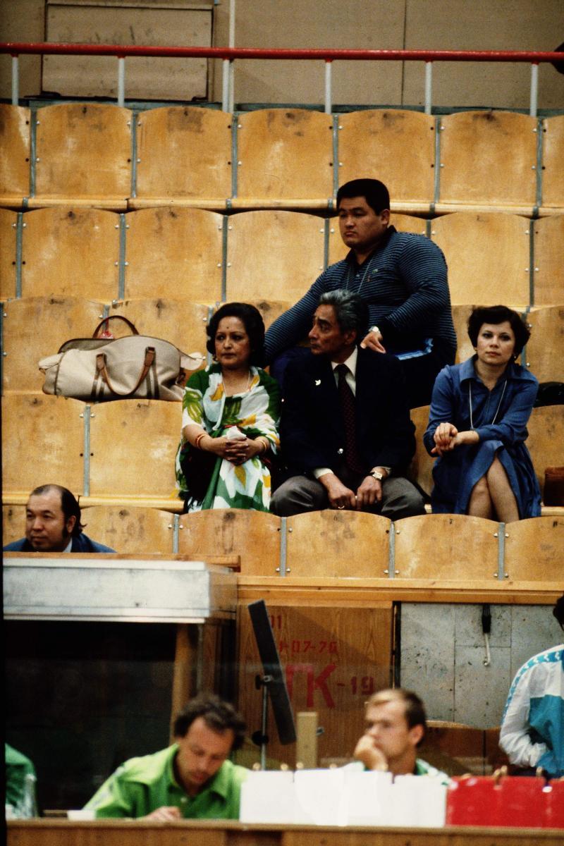 写真・図版 : 出場を辞退したモスクワ・オリンピックの会場で柔道を観戦する山下泰裕五段(当時)=1980年7月