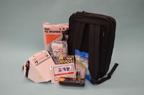 写真・図版 : 防災リュックと非常持ち出し袋