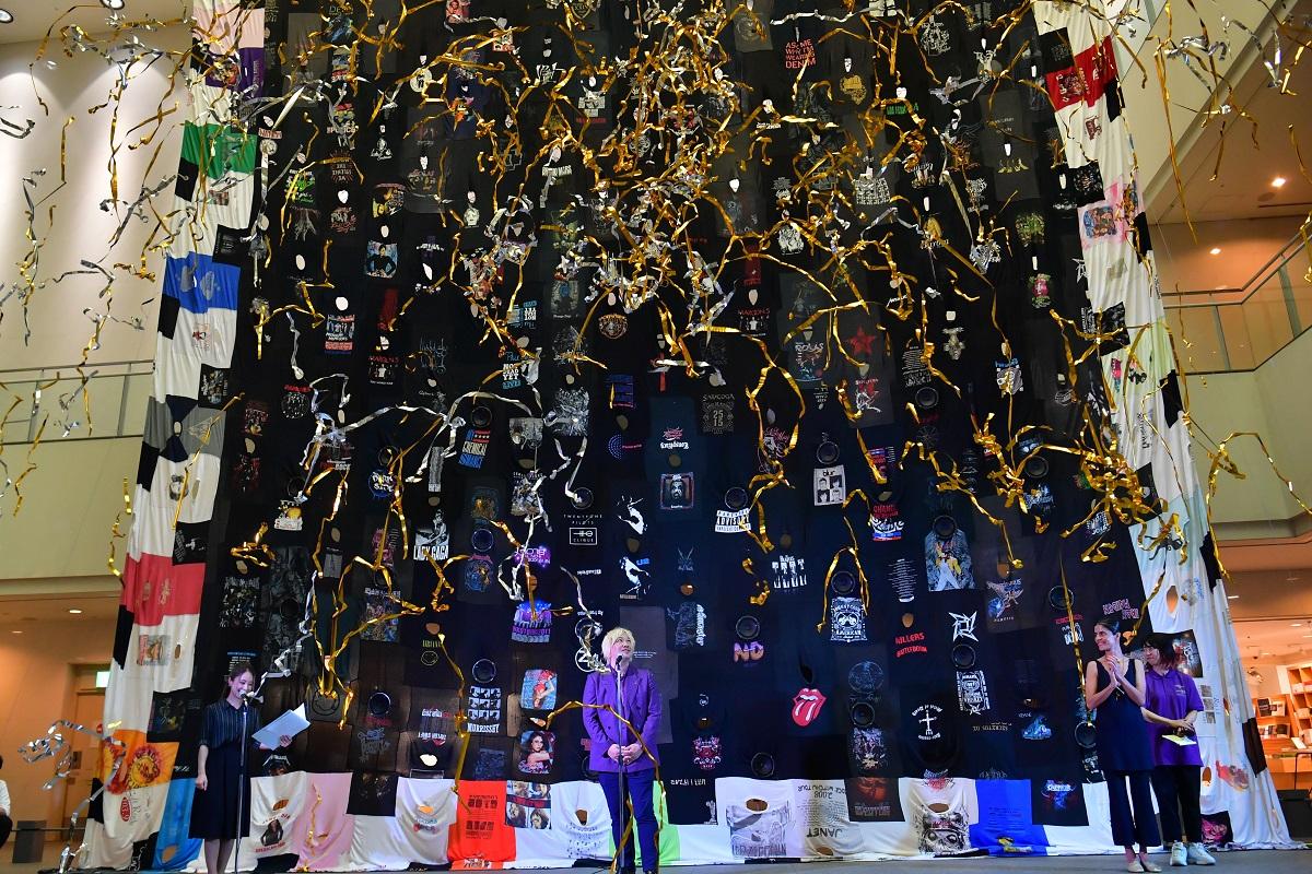 写真・図版 : ピア・カミルの作品「ステージの幕」の前で行われた「あいちトリエンナーレ2019」の開幕セレモニー=2019年8月1日、名古屋市東区の愛知芸術文化センター