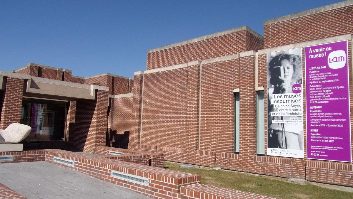 写真・図版 : デルフィーヌ・セイリグの展覧会を開いた北フランス・リールの美術館LaM(リール・メトロポール近現代とアール・ブリュット美術館)=撮影・筆者