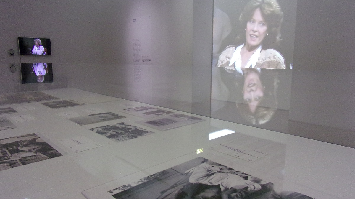 写真・図版 : LaMの展覧会はセイリグの足跡を写真や文書、映像資料で辿った=撮影・筆者
