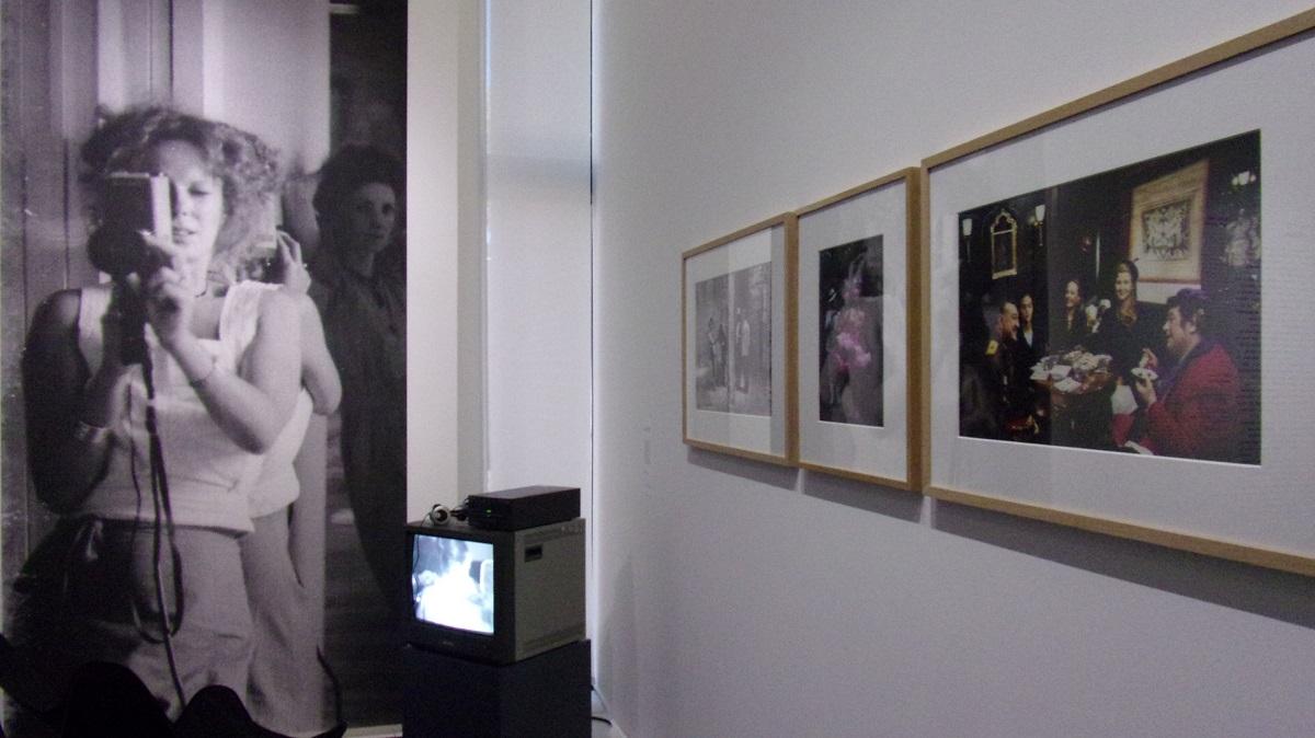 写真・図版 : セイリグはビデオカメラを手に入れ、自ら作品を制作した=LaMの展覧会で 撮影・筆者
