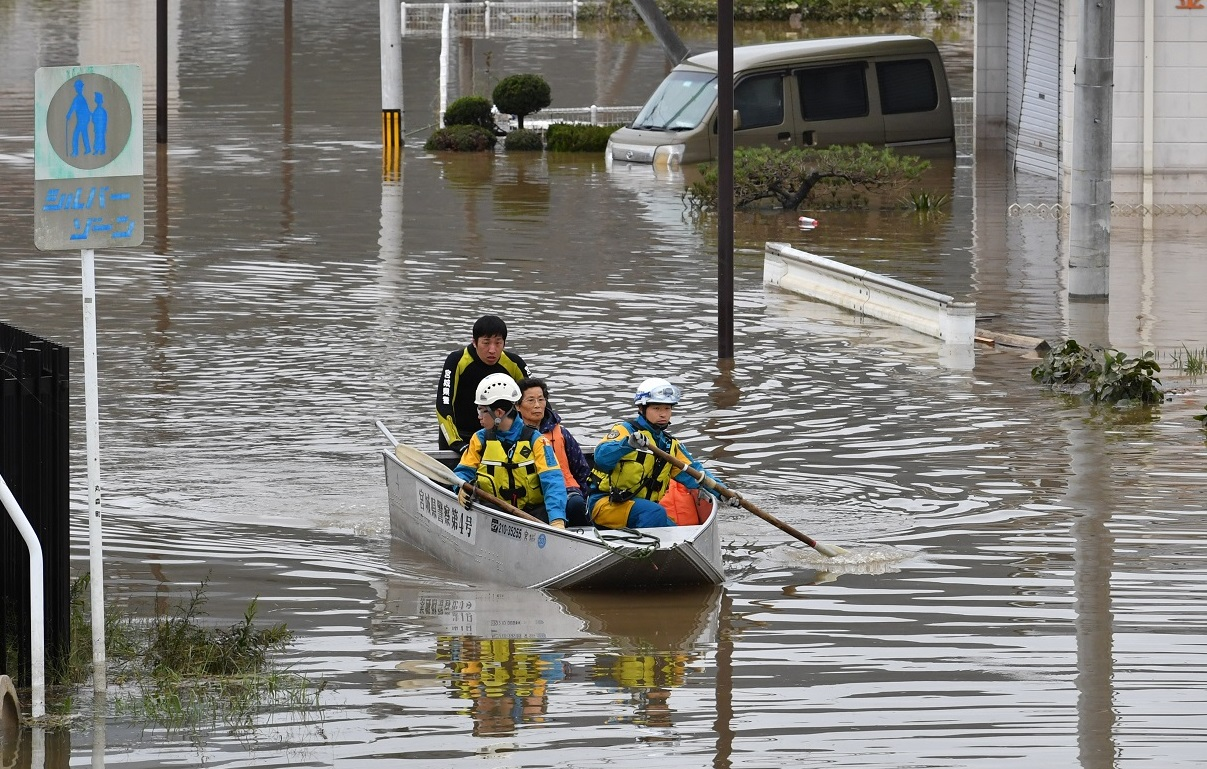写真・図版 : 宮城県警のボートで救助された丸森町の住民=2019年10月14日