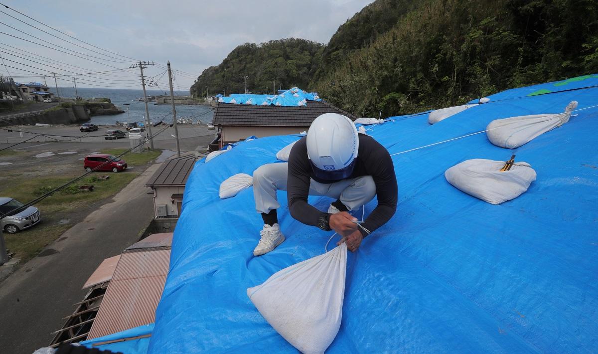 写真・図版 : 土嚢(どのう)を増やして台風19号に備える=2019年10月8日、千葉県鋸南町岩井袋地区