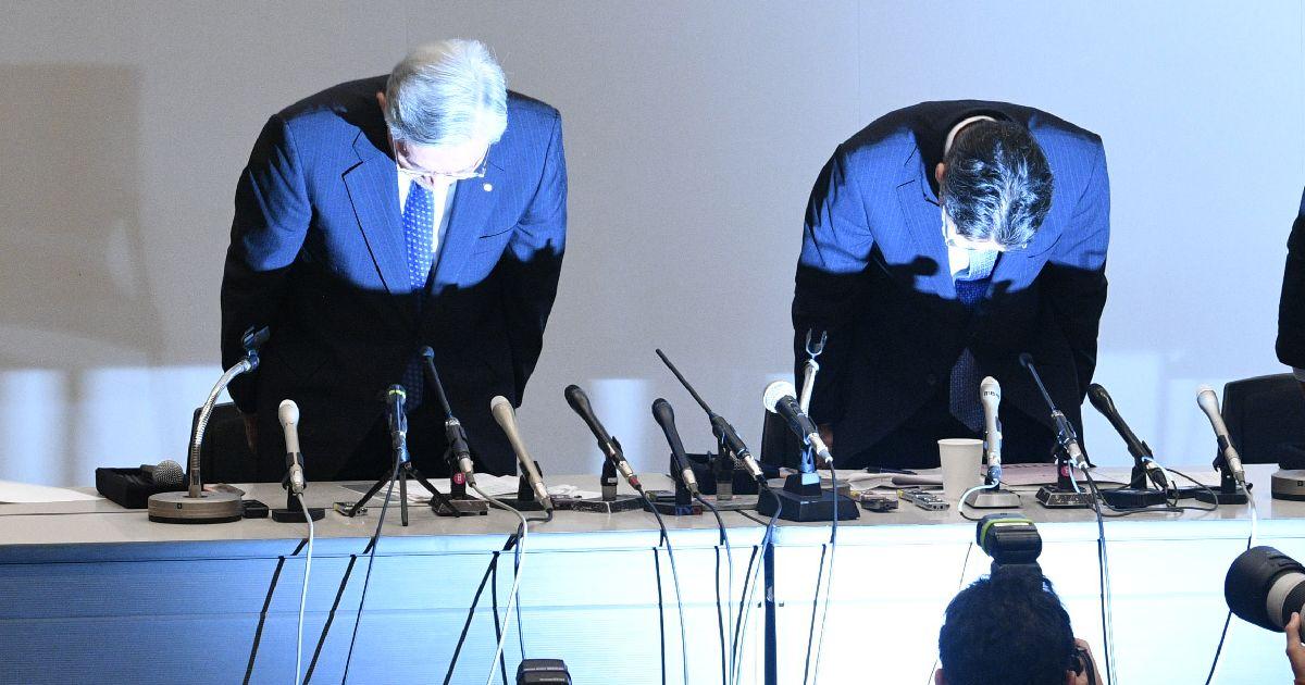写真・図版 : 辞任会見の最後、頭を下げる関西電力の八木誠会長(左)と岩根茂樹社長=2019年10月9日、大阪市福島区