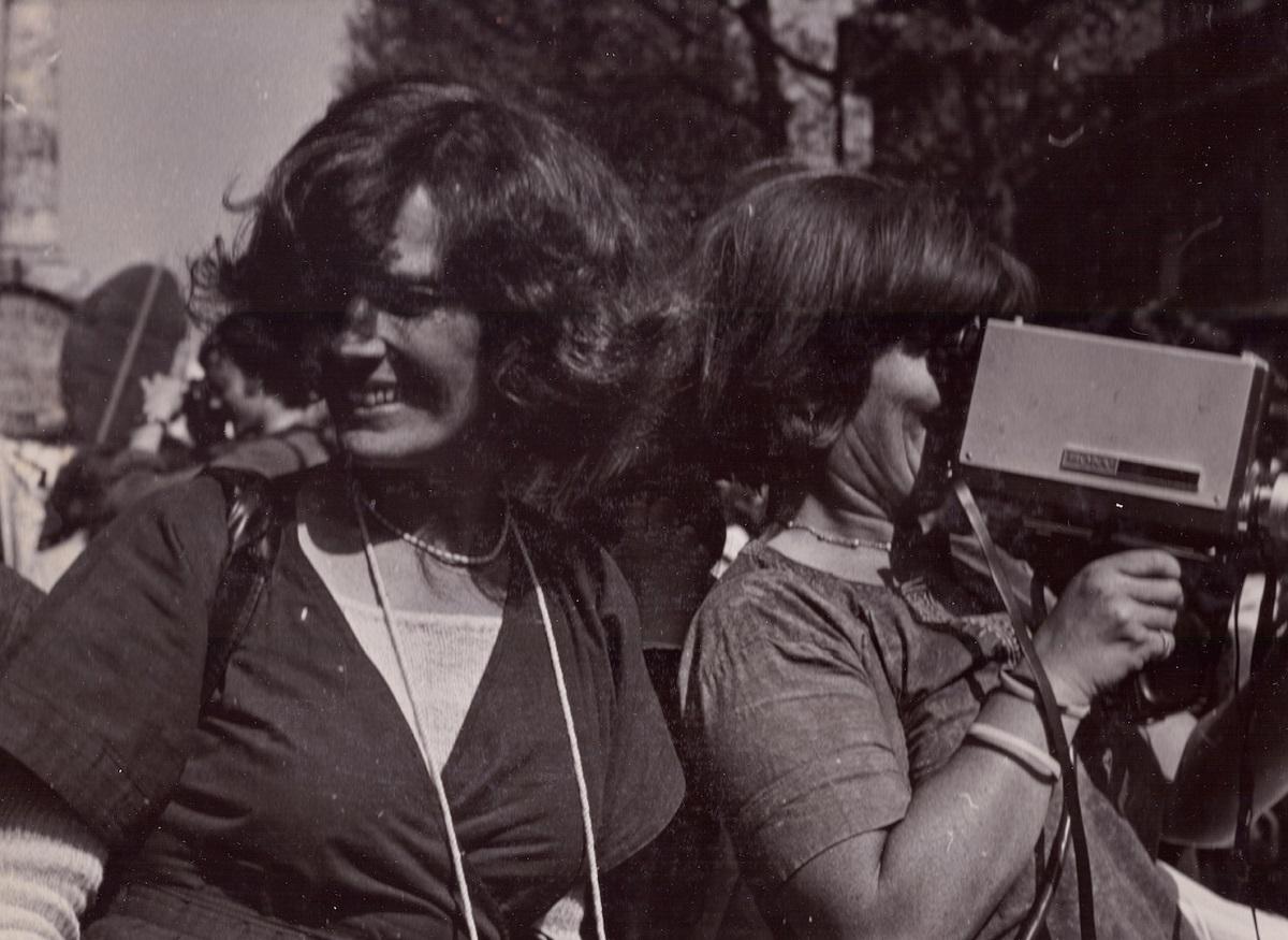 写真・図版 : 1976年、女性たちのデモを撮影中のデルフィーヌ・セイリグ(左) © Micha Dell-Prane, 2019