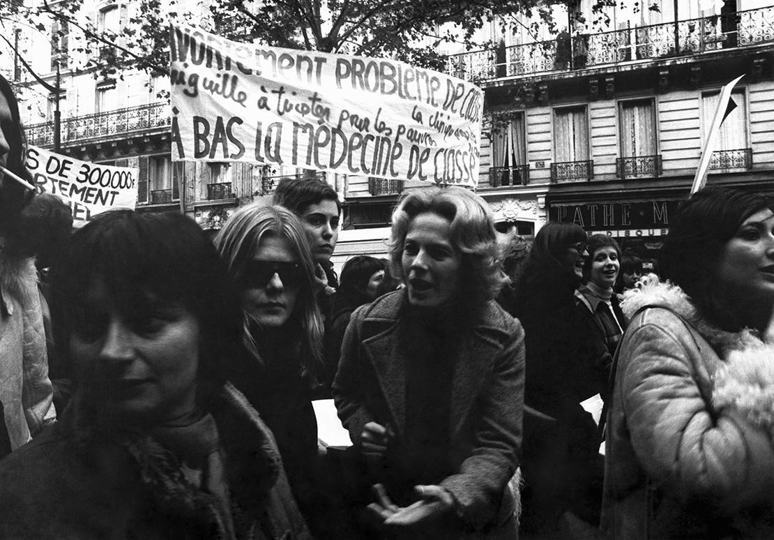 写真・図版 : アニエス・ヴァルダ監督(左)らとデモに参加するセイリグ © Carlos Santos Agence Gamma, Rapho & Keystone