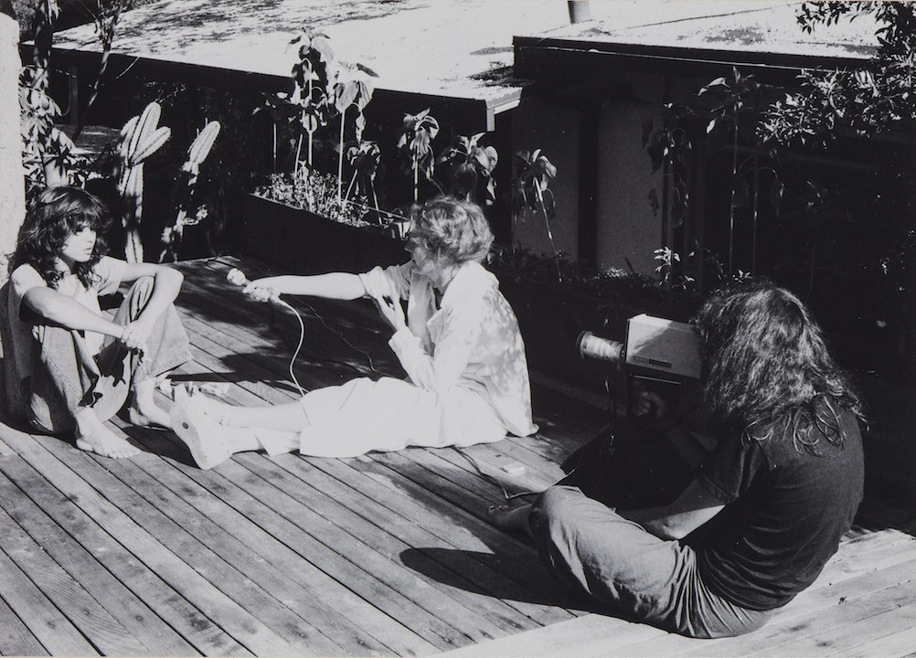 写真・図版 : 監督作『美しくあれ、そして黙れ』撮影中にマリア・シュナイダーにマイクを向けるセイリグ © Duncan Youngerman