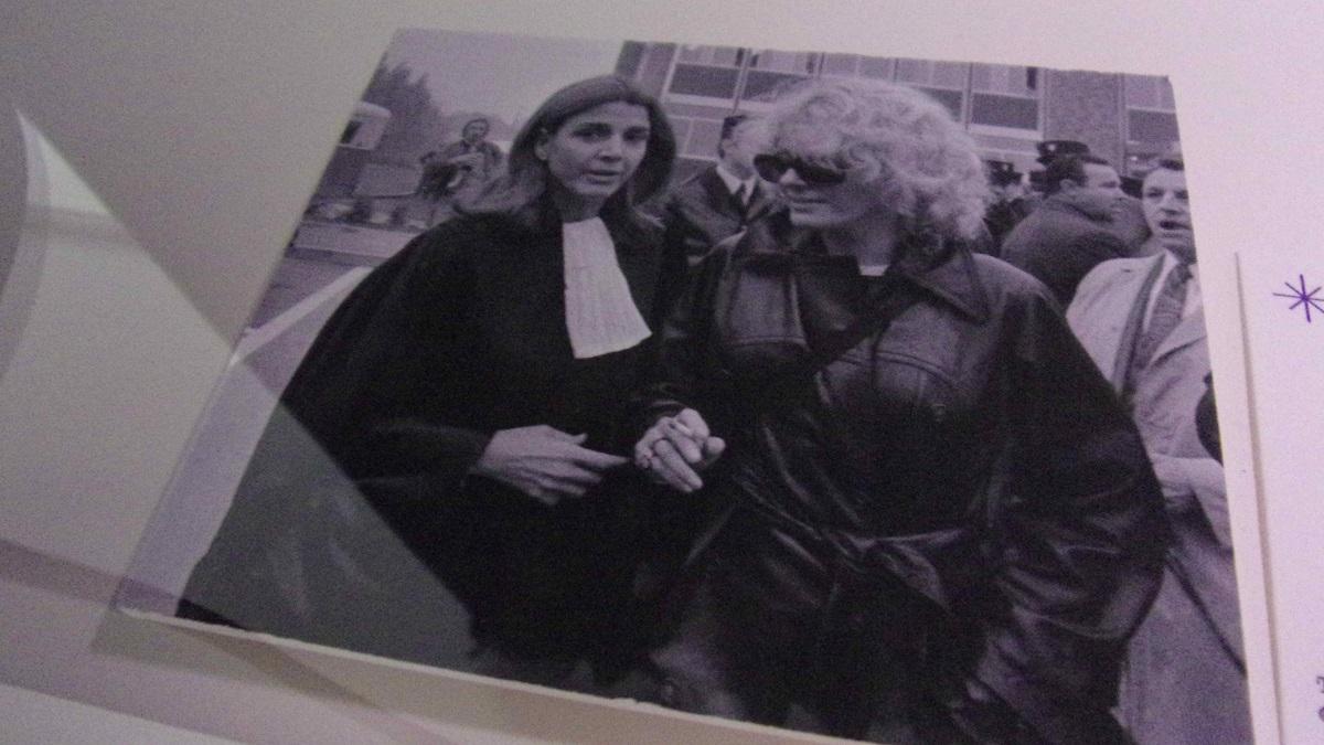 写真・図版 : 1972年に中絶の罪に問われた女子高生のため、自ら裁判所で証言台に立ち応援に加わったセイリグ(右)=LaM(リール・メトロポール近現代とアール・ブリュット美術館)の展覧会で 撮影・筆者