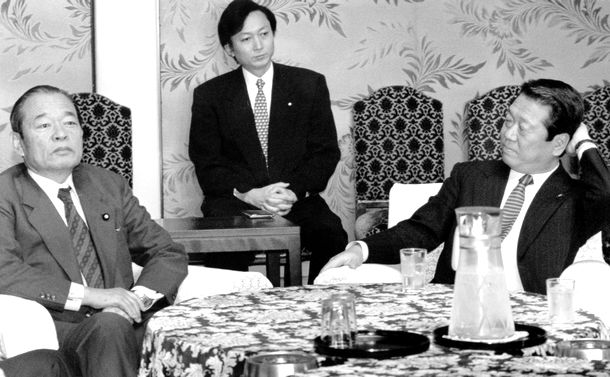 写真・図版 : 細川護煕首相の辞意表明を受け、後継首相候補の人選をめぐり開かれた連立与党代表者会議。久保亘・社会党書記長(左)と小沢一郎・新生党代表幹事、中央は鳩山由紀夫官房副長官=1994年4月11日、東京・永田町