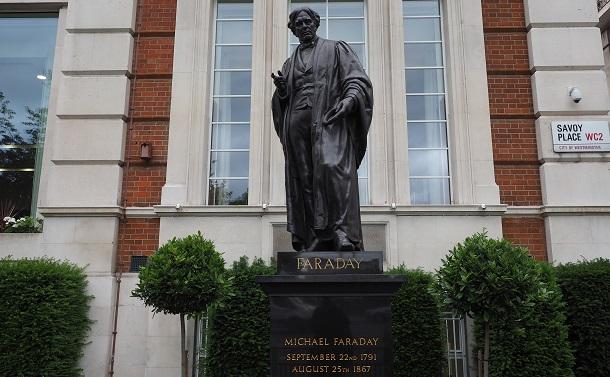 写真・図版 : 英国工学技術協会本部前に立つマイケル・ファラデーの銅像=shutterstock.com