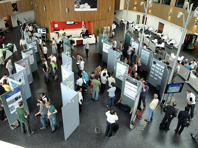写真・図版 : 筆者が企画した日英合同シンポジウムのポスター発表=2011年6月、ヨーク大学