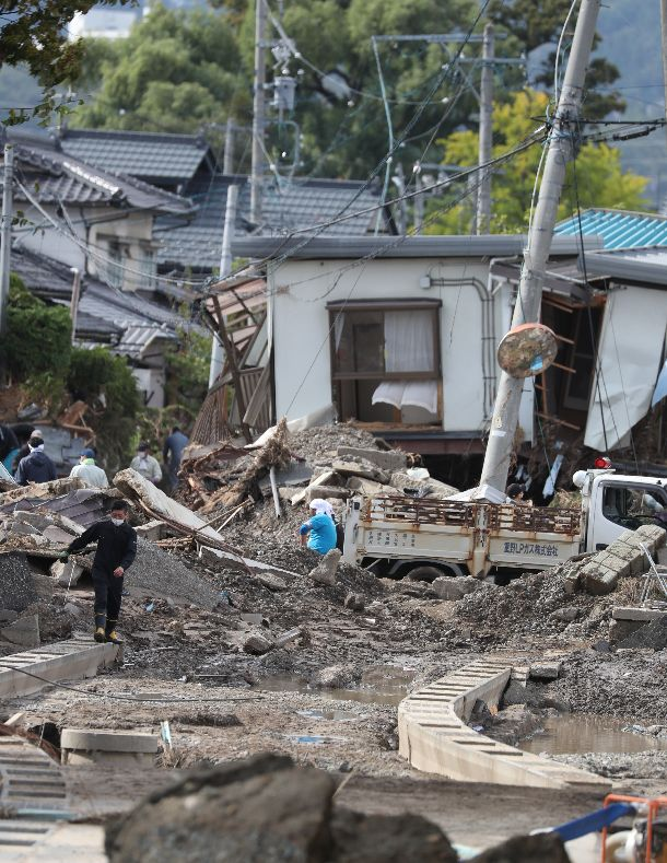 写真・図版 : 壊滅的な被害を受けた決壊した千曲川の堤防近くの集落=2019年10月20日、長野市