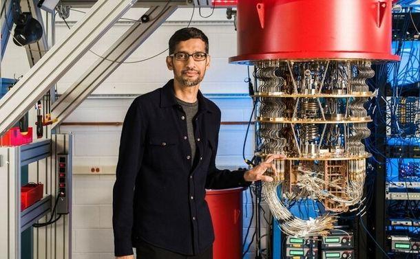 写真・図版 : グーグルのサンダー・ピチャイCEOと量子コンピュータ=同社提供