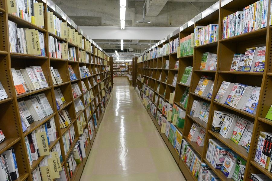 写真・図版 : 秋田駅前の大型書店=村山惠二撮影