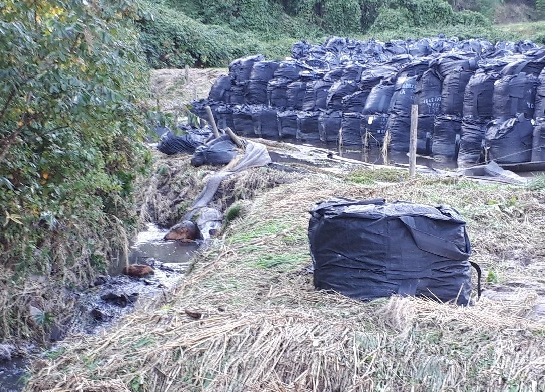 除染廃棄物が入ったフレコンバッグが流出した現場=13日午後4時半ごろ、福島県田村市都路町