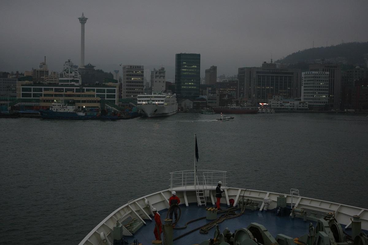 写真・図版 : 釜山港に近づく関釜フェリー
