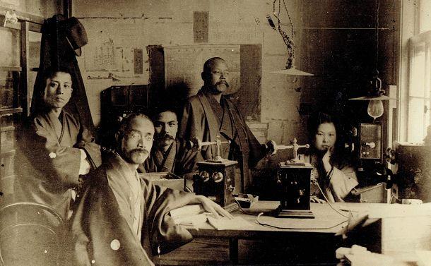 写真・図版 : 1915年ころの電話室と速記者たち。右端が高畠ふみ