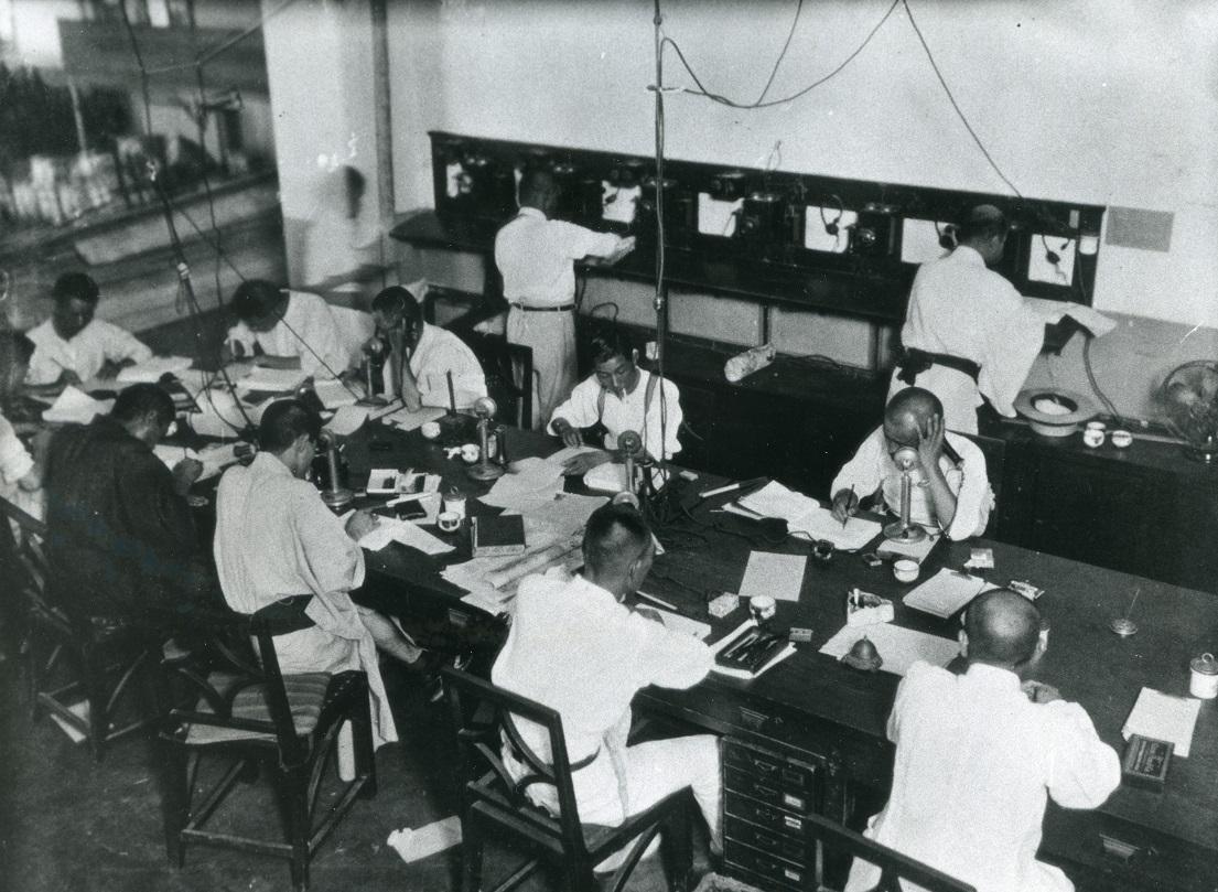 写真・図版 : 1937年(昭和12)年ごろの朝日新聞大阪本社電話課