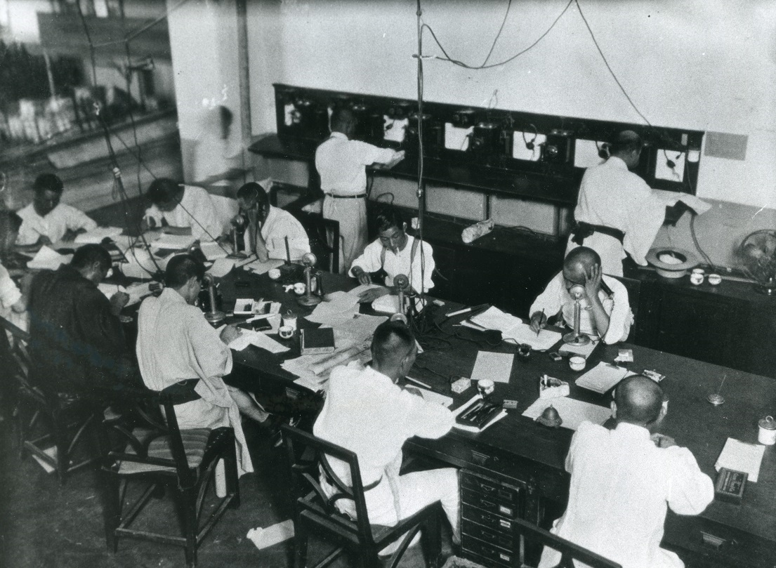 写真・図版 : 1937年(昭和12)年ごろの大阪本社電話課