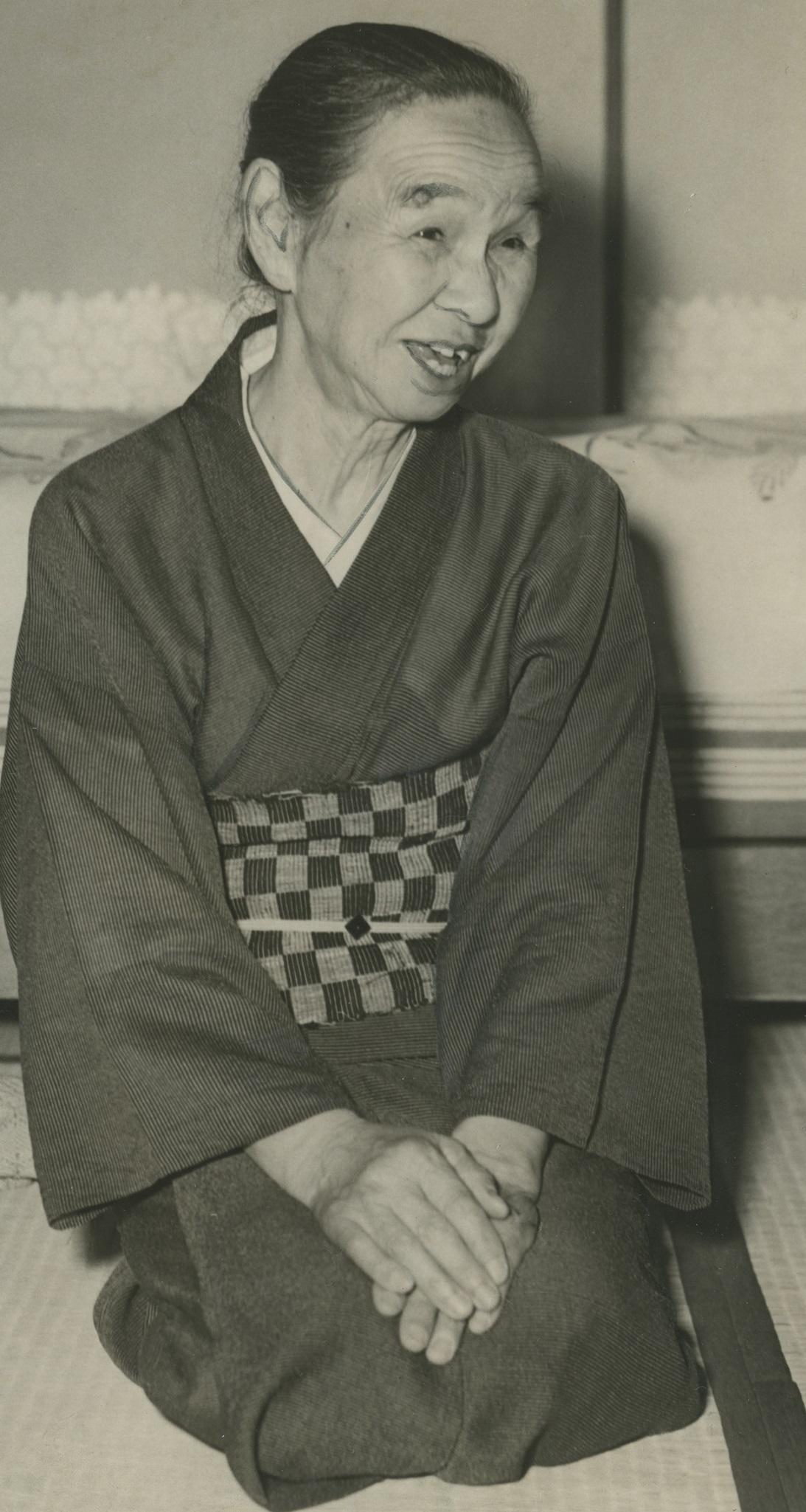 写真・図版 : 1955年の竹中繁。婦人運動活動家ための養老院を建てるため千葉県の自宅を提供した
