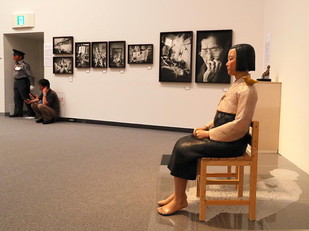 写真・図版 : <平和の少女像>と元慰安婦の写真=愛知芸術文化センター、上田潤撮影