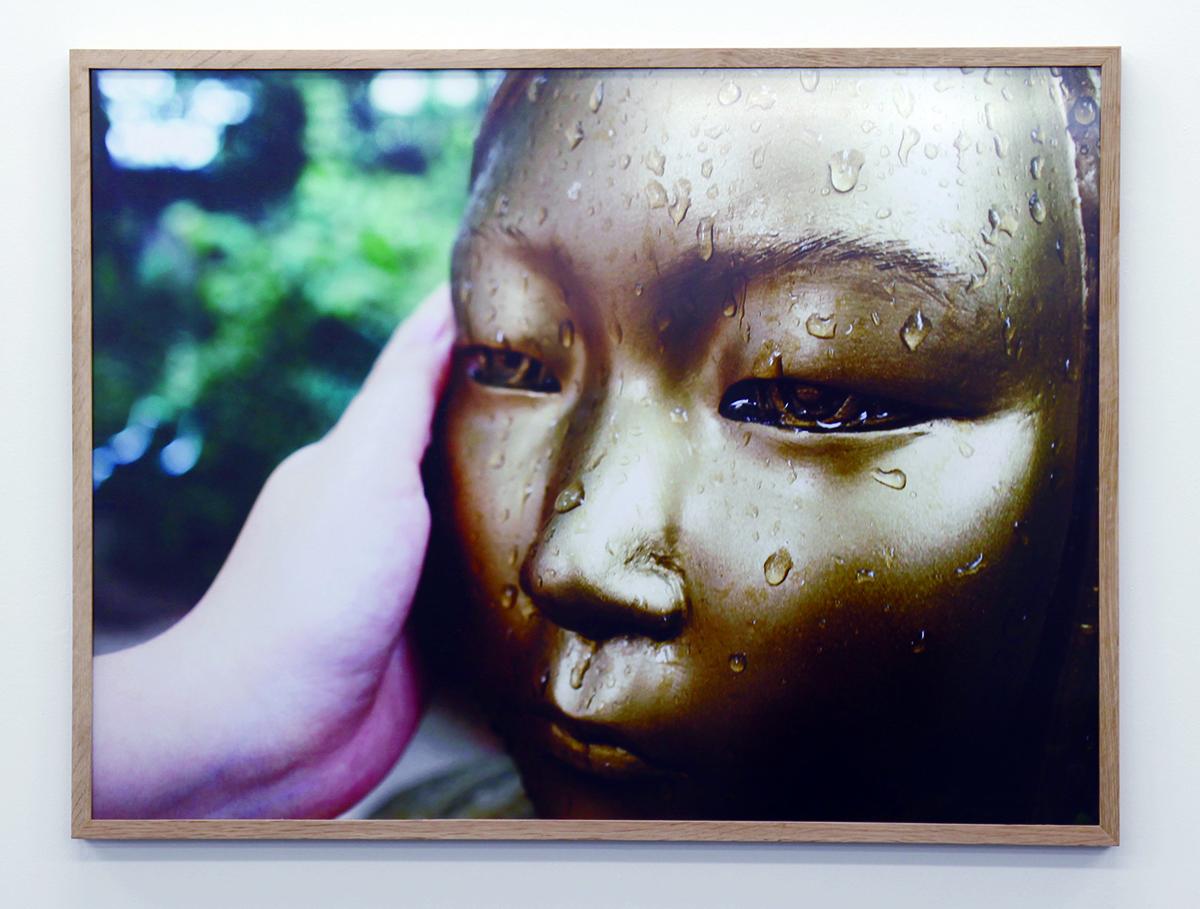 写真・図版 : 〈彫刻の問題〉の一つ、ソウルの〈平和の少女像〉を写したもの=小田原のどか提供